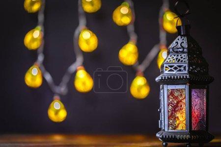 Photo pour La fête musulmane du mois sacré du Ramadan Kareem. Beau fond avec une lanterne brillante didi. Espace libre pour votre texte. - image libre de droit