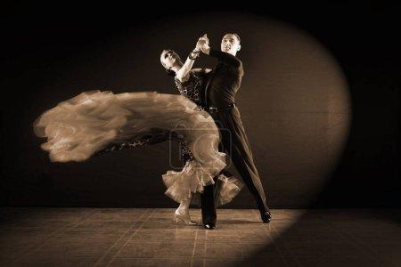 Photo pour Danseurs dans la salle de bal isolé sur fond noir - image libre de droit