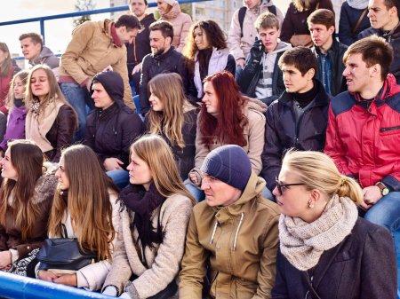 Photo pour Fans de Liesse dans le stade. Groupe personnes attendent votre équipe préférée et vous inquiétez pas sur les tribunes. Aide à la jeunesse votre équipe favorite. - image libre de droit