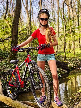 Photo pour Bicyclette adolescent avec dames vélos dans le parc d'été. Femmes vélo de route pour courir sur la nature. Fille à vélo traversant l'eau. Voyage à vélo est bon pour la santé . - image libre de droit