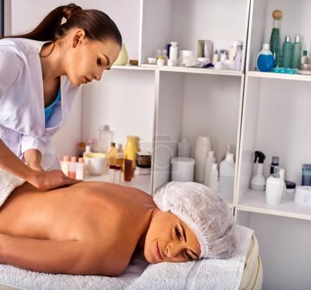Photo pour Salle de traite de la thérapie de massage. Thérapeute de femme en thérapie manuelle arrière. Mains de traitement masseuse de 40 vieux client matures médullaires dans le salon spa. - image libre de droit