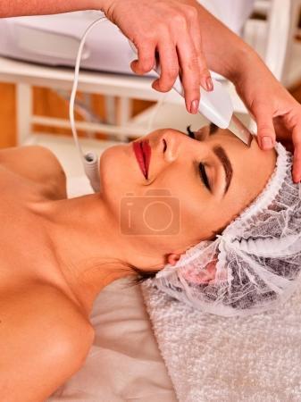 Photo pour Soin de la peau par échographie du visage. Procédure de nettoyage par ultrasons. Traitement de beauté de la femme. Cosmétologie beauté dans le salon de spa . - image libre de droit