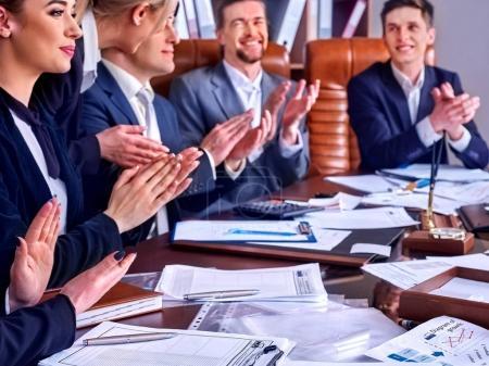 Photo pour Les gens d'affaires la vie de bureau des gens d'équipe travaillant avec des papiers assis table. Armoires avec dossiers et fond jalousie. Les gens aiment une belle présentation . - image libre de droit