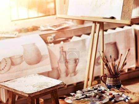 authentische Pinsel Stillleben auf dem Tisch in der Kunstklasse Schule.