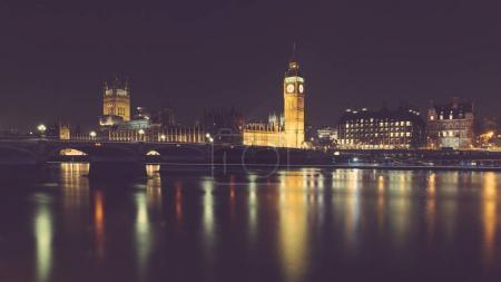 Photo pour Vue de nuit de Londres avec le Big Ben et le Parlement de westminster. Exposition longue tourné avec reflets sur la Tamise. Concepts de voyage et de l'architecture - image libre de droit
