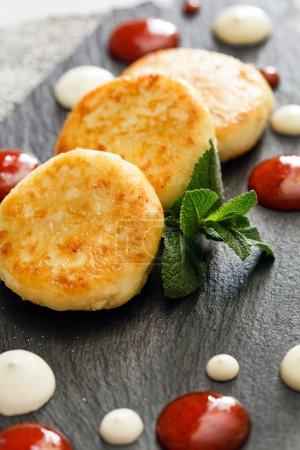 Photo pour Crêpes au fromage avec sauce et feuilles de menthe - image libre de droit