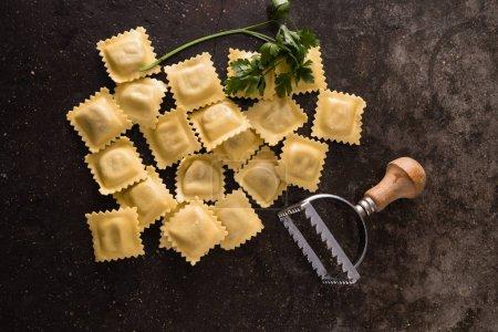 Photo pour Pile de raviolis frais sur noir - image libre de droit