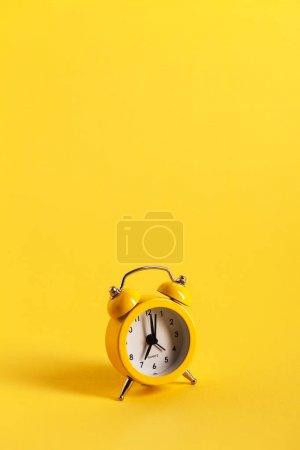 Photo pour Réveil jaune sur jaune - image libre de droit
