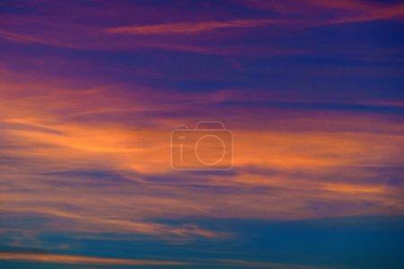 Photo pour Beau ciel coucher de soleil. Nature - image libre de droit