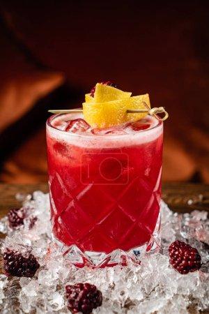 Photo pour Cocktail avec mûres fraîches et citron - image libre de droit
