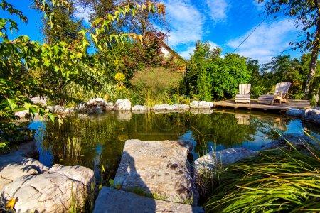 Photo pour Étang du beau créatif fleur jardin luxuriant en journée ensoleillée - image libre de droit