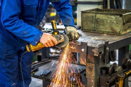 Pracownik w branży metalowej