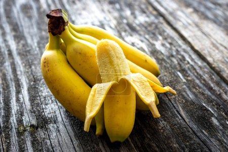 Foto de Plátanos dulces en la mesa de madera - Imagen libre de derechos