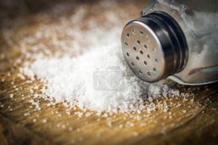Foto de Pequeño montón de sal en el fondo de madera - Imagen libre de derechos