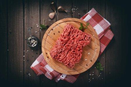 Hackfleisch auf Holztisch