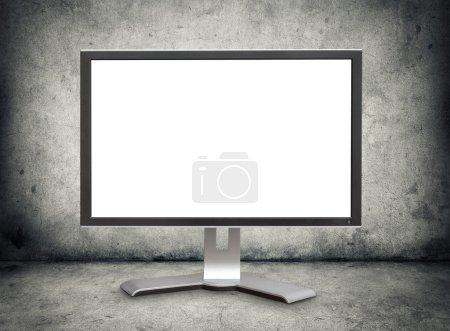 Photo pour Écran d'ordinateur avec un écran blanc sur sol en béton grunge - image libre de droit