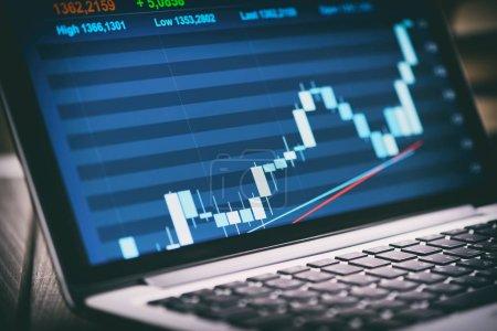 Photo pour Marché boursier graphique sur écran d'ordinateur portable - image libre de droit