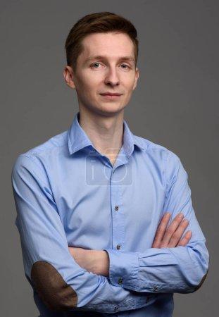 Photo pour Portrait de jeune homme confiant occasionnel sur fond gris - image libre de droit