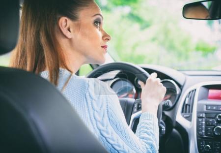 hübsche Mädchen Auto fahren