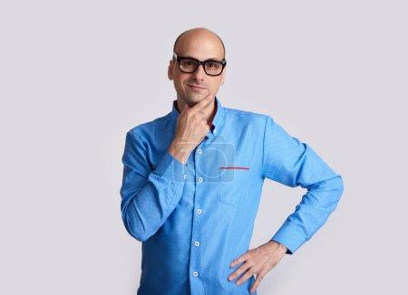 Photo pour Bel homme positif, portez des lunettes. Guy pense et regardant la caméra. Isolé sur fond gris - image libre de droit
