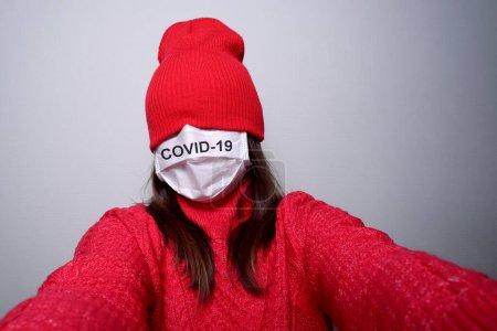 Photo pour Femme selfie dans un masque, protection contre un virus. Prévention et traitement des maladies virales . - image libre de droit