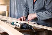 Měření dřevěné slot a klíčové desek a kreslení s tužka lin