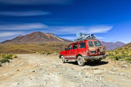 Photo pour Voiture tout terrain dans le désert bolivien - image libre de droit