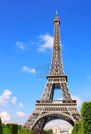 Photo pour Célèbre monument de Paris - Tour Eiffel, Champ-de-mars, Paris, France. Jour d'été - image libre de droit