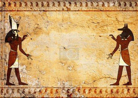 Photo pour Fond grunge avec texture vieux de stuc de couleur jaune et dieux égyptiens images Anubis et Horus - image libre de droit