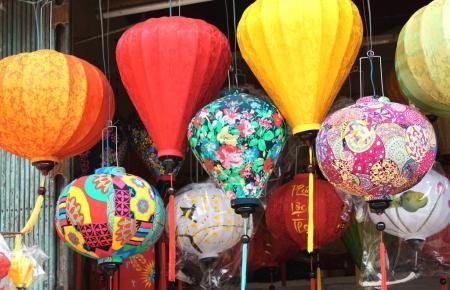 Photo pour Lanternes chinoises multicolores en soie à Hoi An, Vietnam - image libre de droit