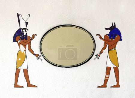 Photo pour Fond grunge avec texture vieux de stuc de couleur gris clair, tablette céramique et dieux égyptiens images Anubis et Horus. Maquette modèle. Espace de la copie pour votre texte - image libre de droit
