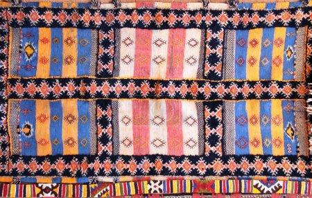 Photo pour Texture de tapis berbère en laine traditionnelle avec motif géométrique, Maroc, Afrique - image libre de droit