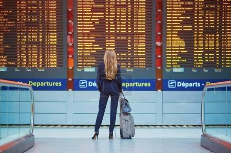 Femme d'affaires d'élégante jeune en aéroport international