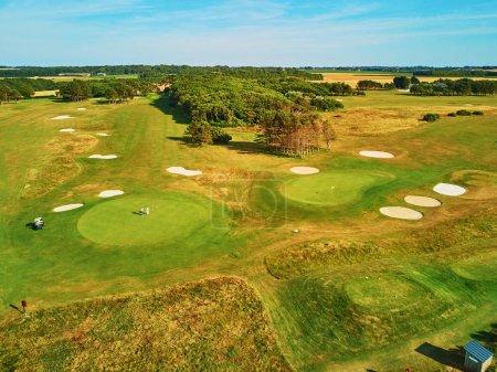 Photo pour Vue aérienne du célèbre terrain de golf d'Etretat, département Seine-Maritime de Normandie en France - image libre de droit