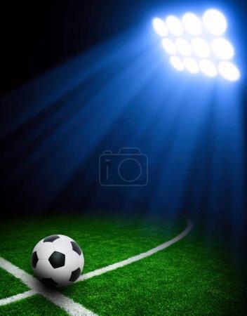 Photo pour Ballon de foot sur le stade vert, arena de spots lumineux de nuit illuminée - image libre de droit