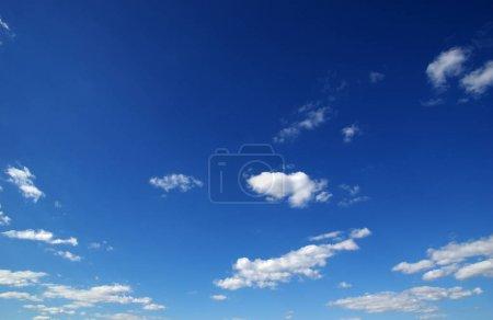 Photo pour Fond de ciel bleu et nuages blancs - image libre de droit