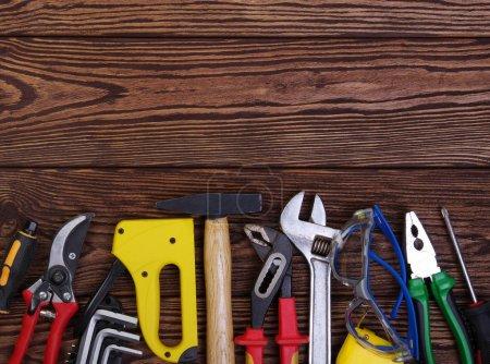Photo pour Outils sur fond bois. Vue du dessus. - image libre de droit