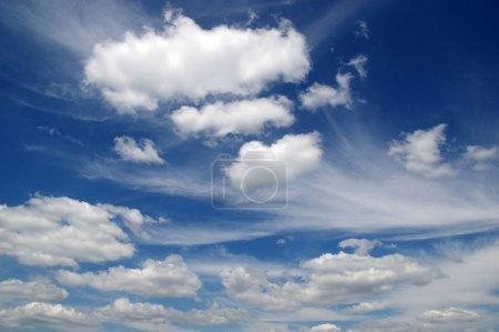 Foto de Fondo de cielo azul y nubes blancas - Imagen libre de derechos