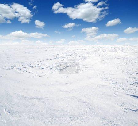Foto de Invierno paisaje fondo de nieve y cielo - Imagen libre de derechos