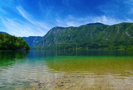 Photo pour Lac de montagne à l'eau claire - image libre de droit