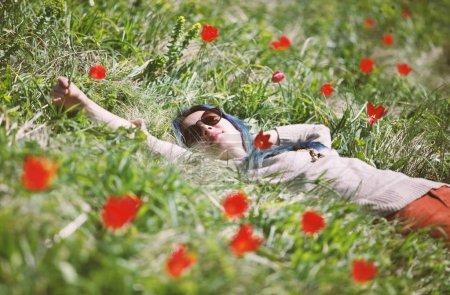 Chica acostada en el campo de tulipanes .