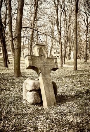 Photo pour Vieux cimetière historique de croix, image tons sépia - image libre de droit