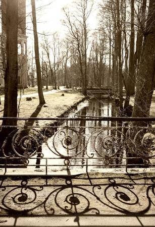 Photo pour Vieux pont et son ombre dans le parc, image tonique - image libre de droit