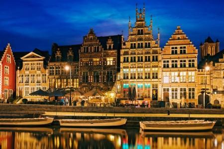 Photo pour Vieilles maisons sur boatds rue de Graslei, canal et touristique dans la soirée. Gand, Belgique - image libre de droit