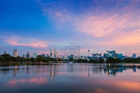 Photo pour Kuala Lumpur skyline avec les gratte-ciels sur coucher de soleil. Vue sur le lac Titiwangsa. Kuala Lumpur, Malaisie - image libre de droit