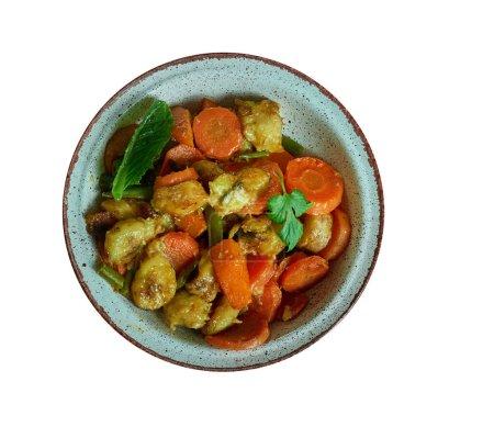 Photo pour Poulet DG, délicieux plat de poulet et plantain, cuisine nationale camerounaise, Plats africains traditionnels assortis, Vue sur le dessus . - image libre de droit