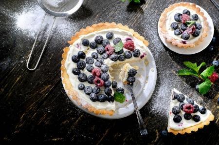 Photo pour Gâteau au fromage aux baies fraîches. Vue du dessus - image libre de droit