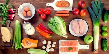 Photo pour Légumes, fruits, poissons, lait et viande sur fond de bois. Alimentation équilibrée. Concept de saine alimentation. Vue du dessus - image libre de droit
