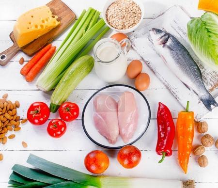 Photo pour Abondance de légumes avec des fruits sur une table en bois. Manger une alimentation équilibrée - image libre de droit