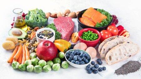 Foto de Comida equilibrada de fondo alimenticio. El concepto de alimentación sana y limpia. Alimentos altos en vitaminas, minerales, antioxidantes. - Imagen libre de derechos